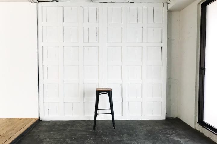 シエル-白の組み木壁とモルタル黒床