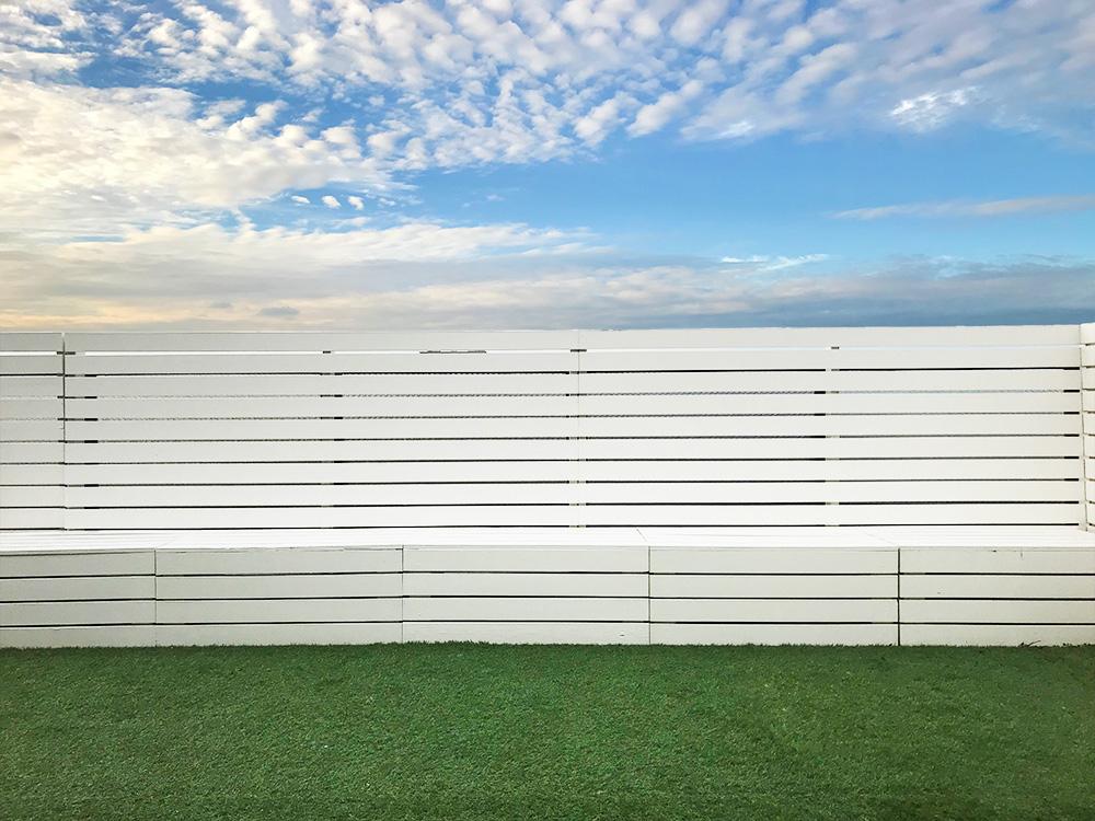 シエル-青空と芝生が映えるルーフバルコニー