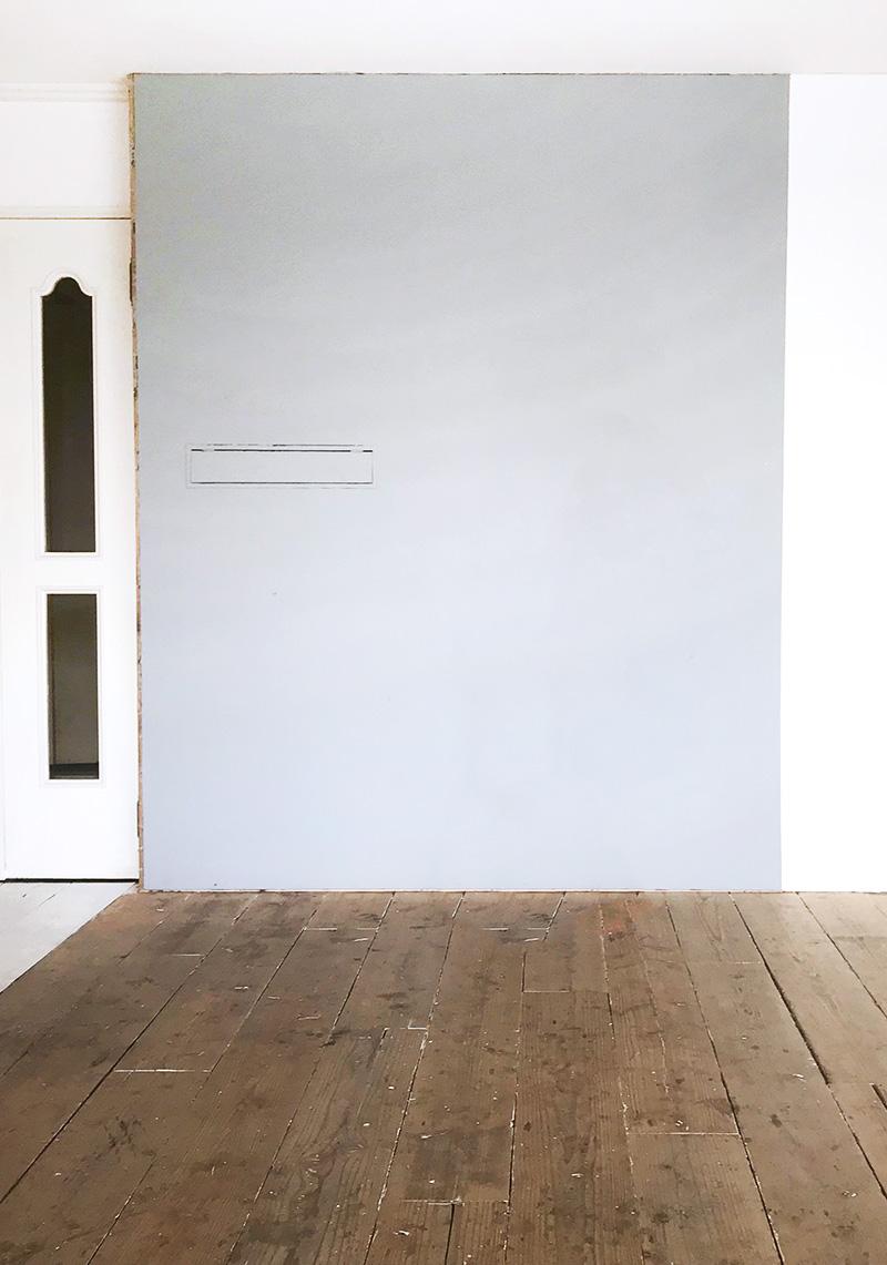 グレー壁と無垢の木床