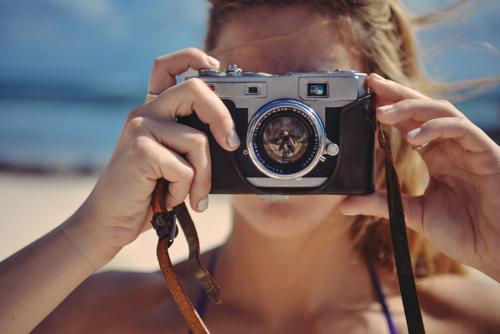 カメラで撮影している女性